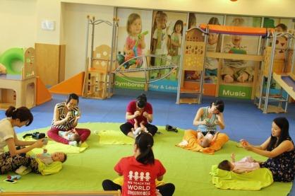 Trẻ sơ sinh học hỏi được gì trong lớp học Gymboree?