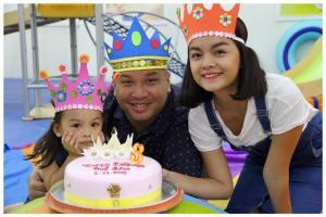 Ca sĩ Phạm Quỳnh Anh và chồng, đạo diễn Quang Huy cùng với công chúa nhỏ Bella tại Gymboree!